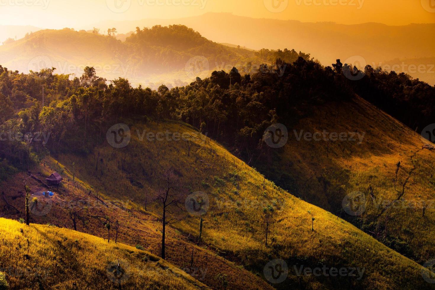 belas montanhas na névoa do sol no laos. foto