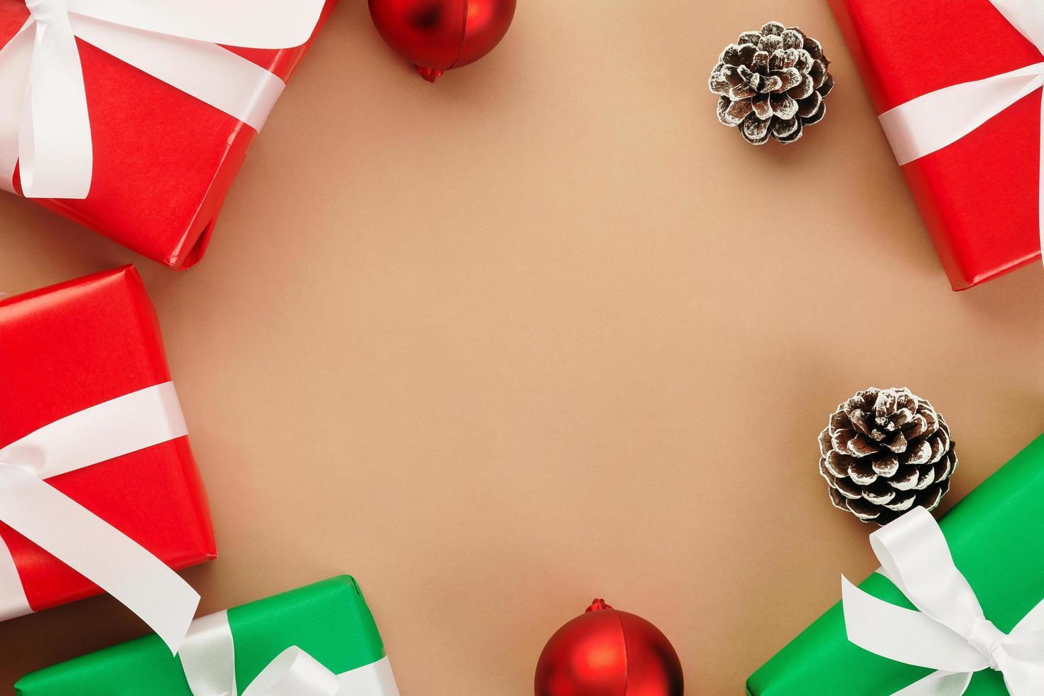vista superior de papel kraft com decoração de natal foto