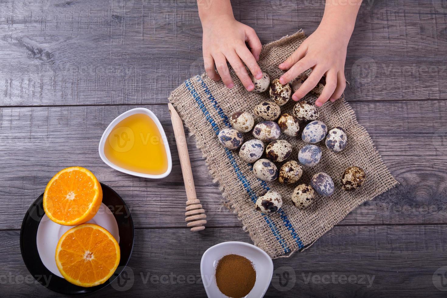 a mão das crianças segura os ovos de codorna foto