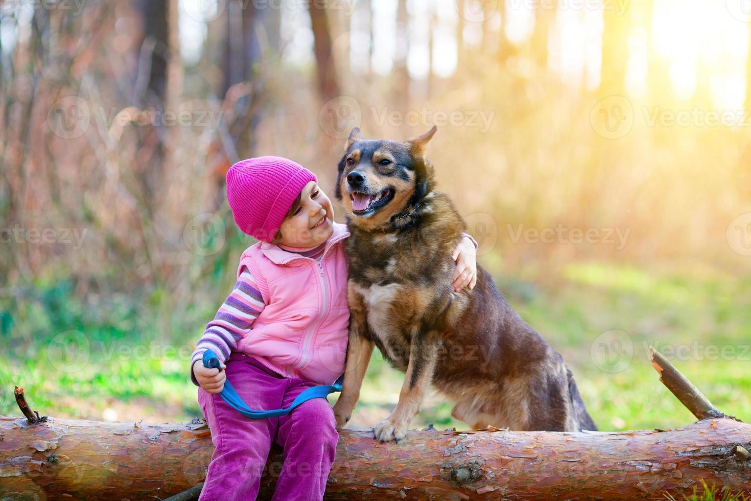 menina com cachorro foto