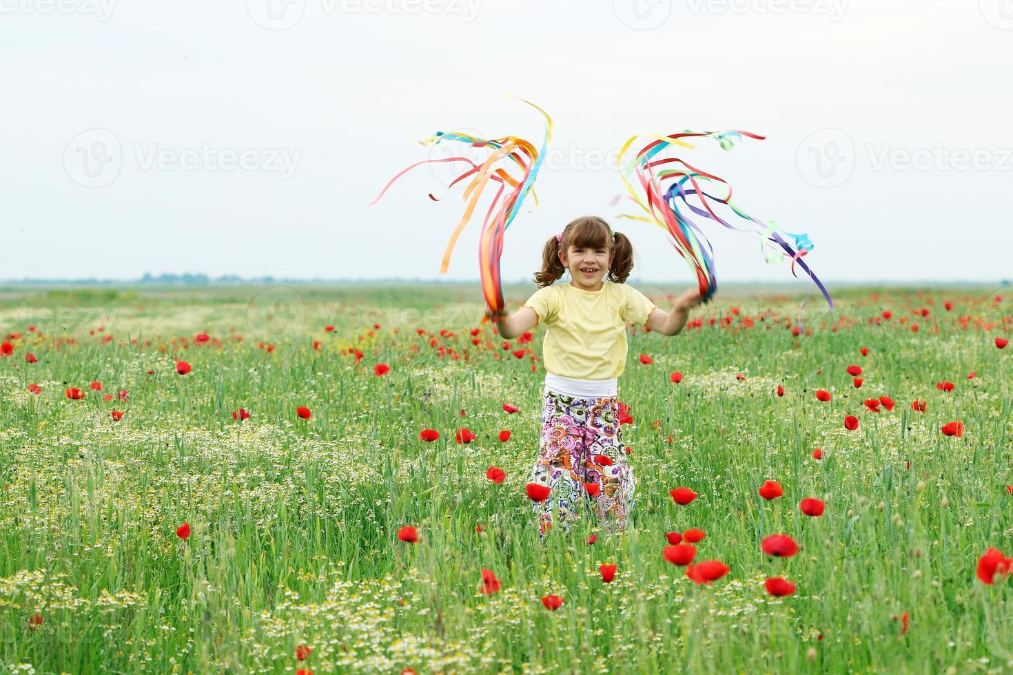 menina feliz brincando no prado primavera foto