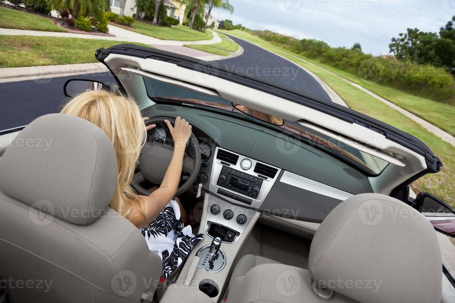 bela jovem dirigindo carro conversível foto