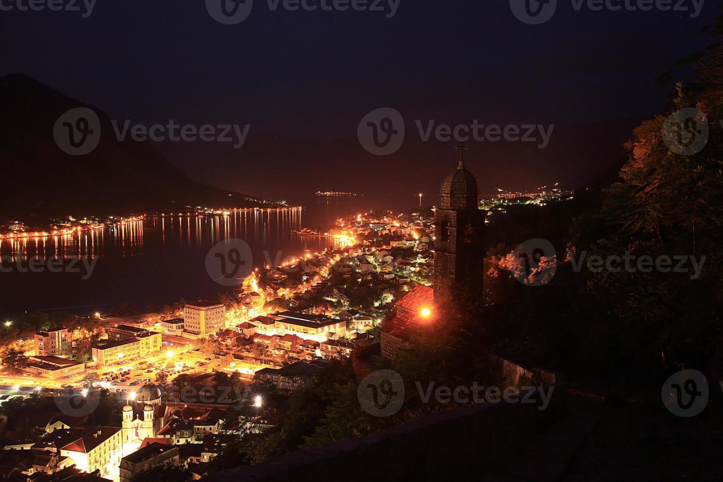 resort de paisagem noturna em montenegro foto