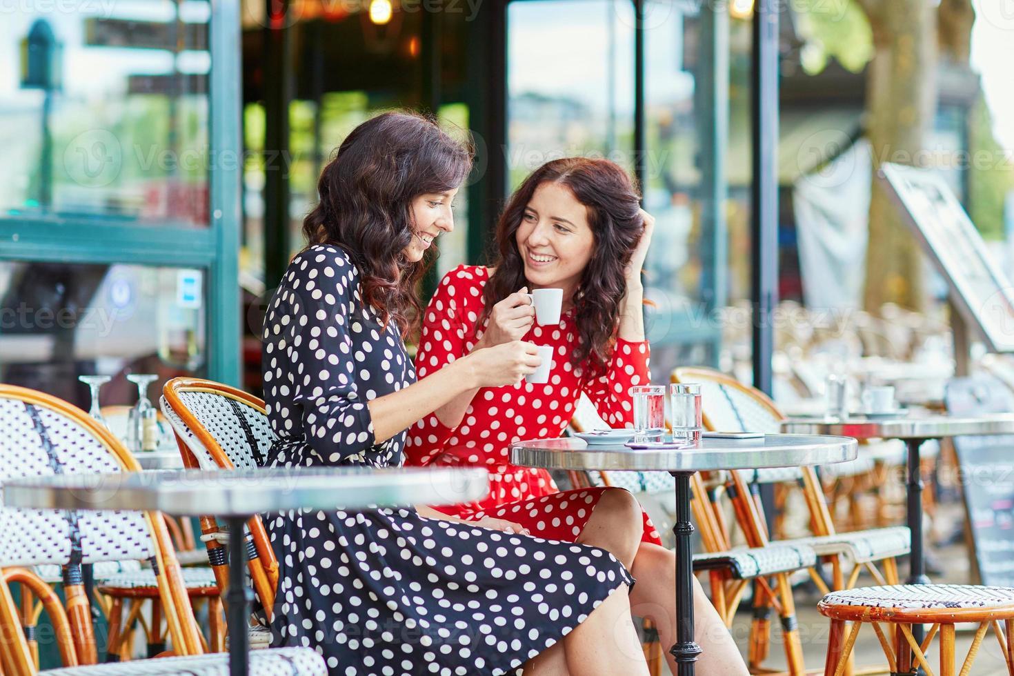 lindas irmãs gêmeas tomando café em paris foto