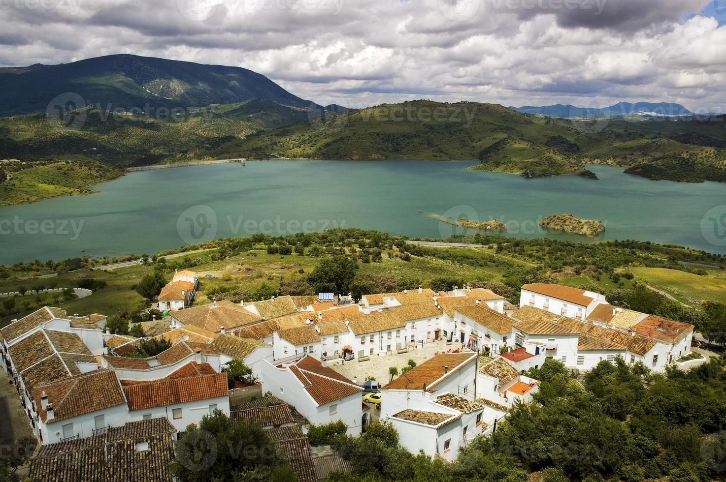 idílica cidade branca de zahara, pueblos blancos, lago zahara, andaluzia, espanha foto