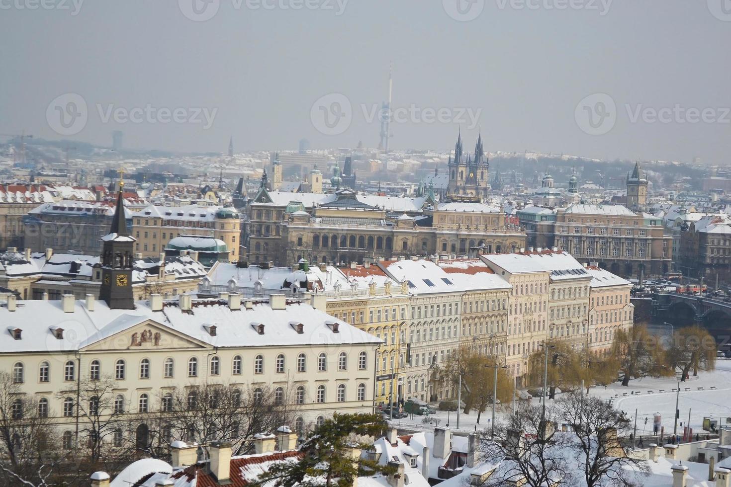 paisagem urbana de praga no inverno foto