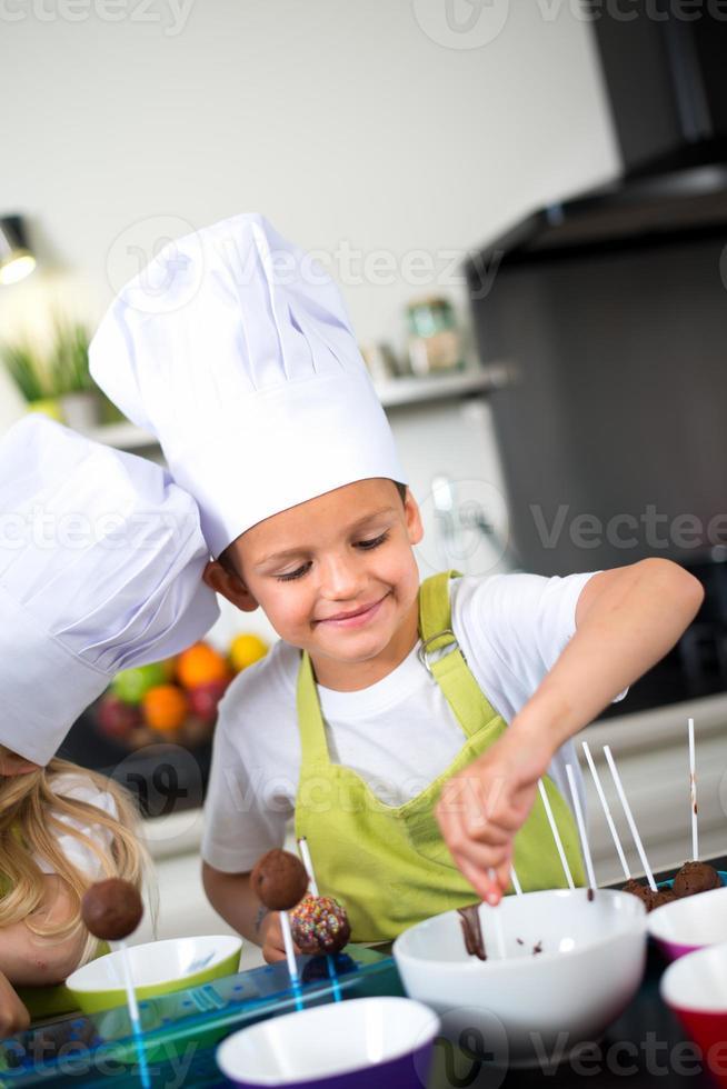 menino criança crianças felizes preparando biscoitos engraçados cozinha para casa foto