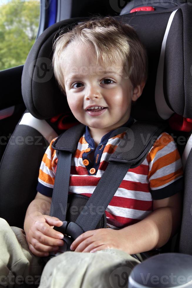 criança em uma cadeirinha de camisa vermelha foto