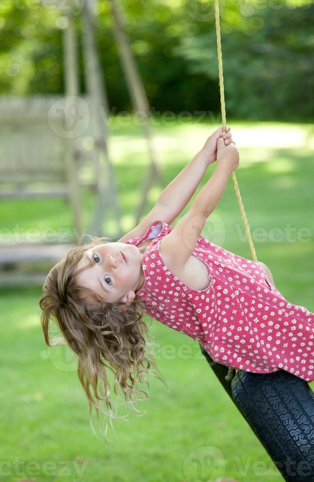 garota em um balanço foto