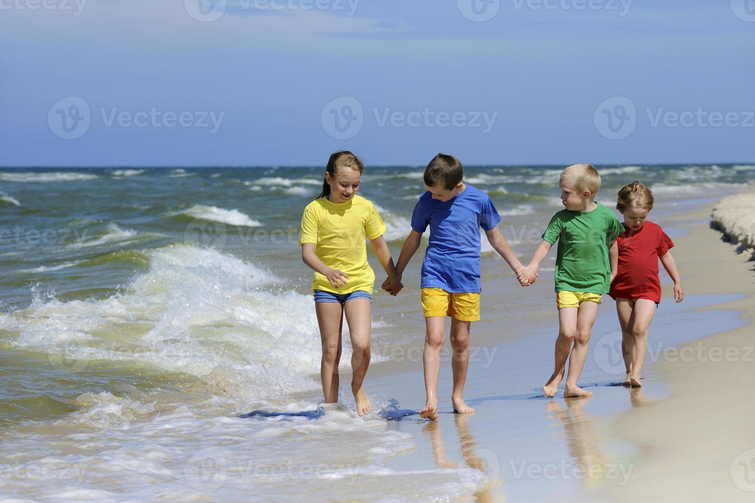 crianças na praia foto