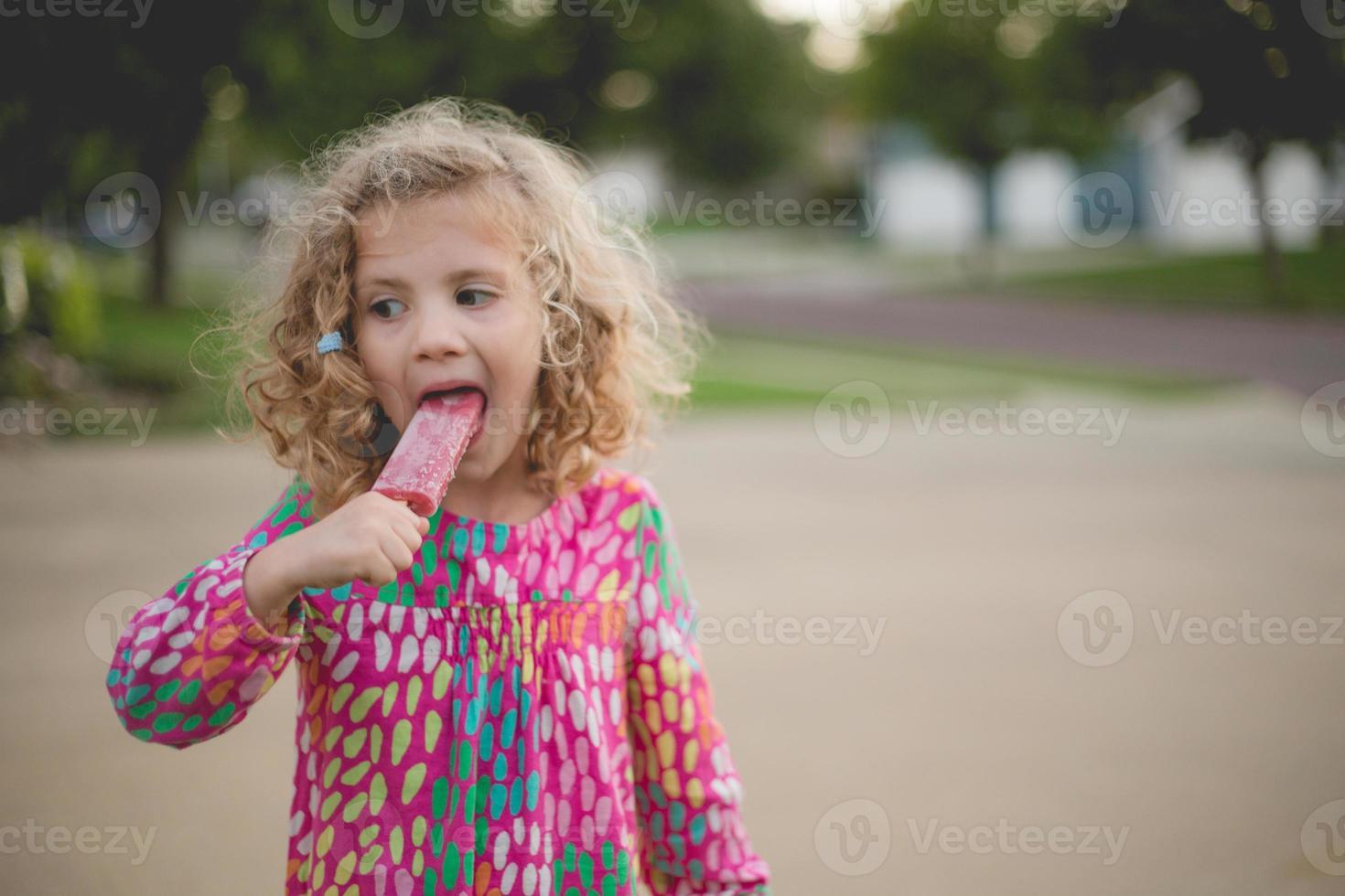 garota comendo picolé foto