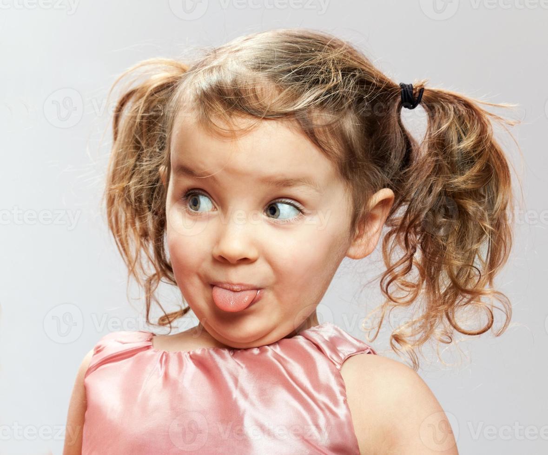 garotinha mostra a língua foto
