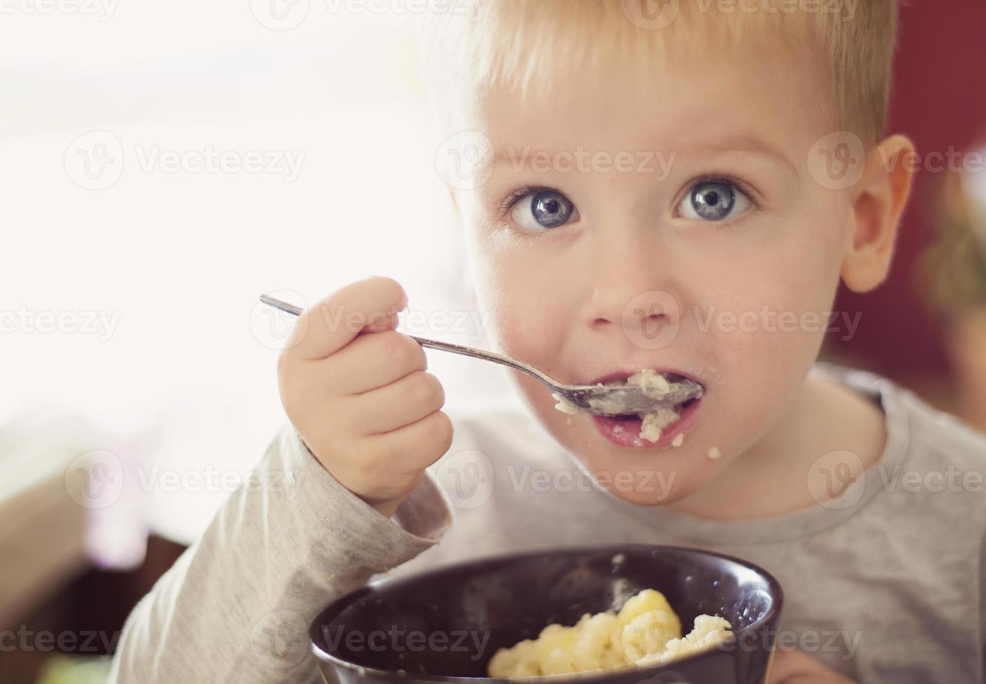 garotinho comendo foto