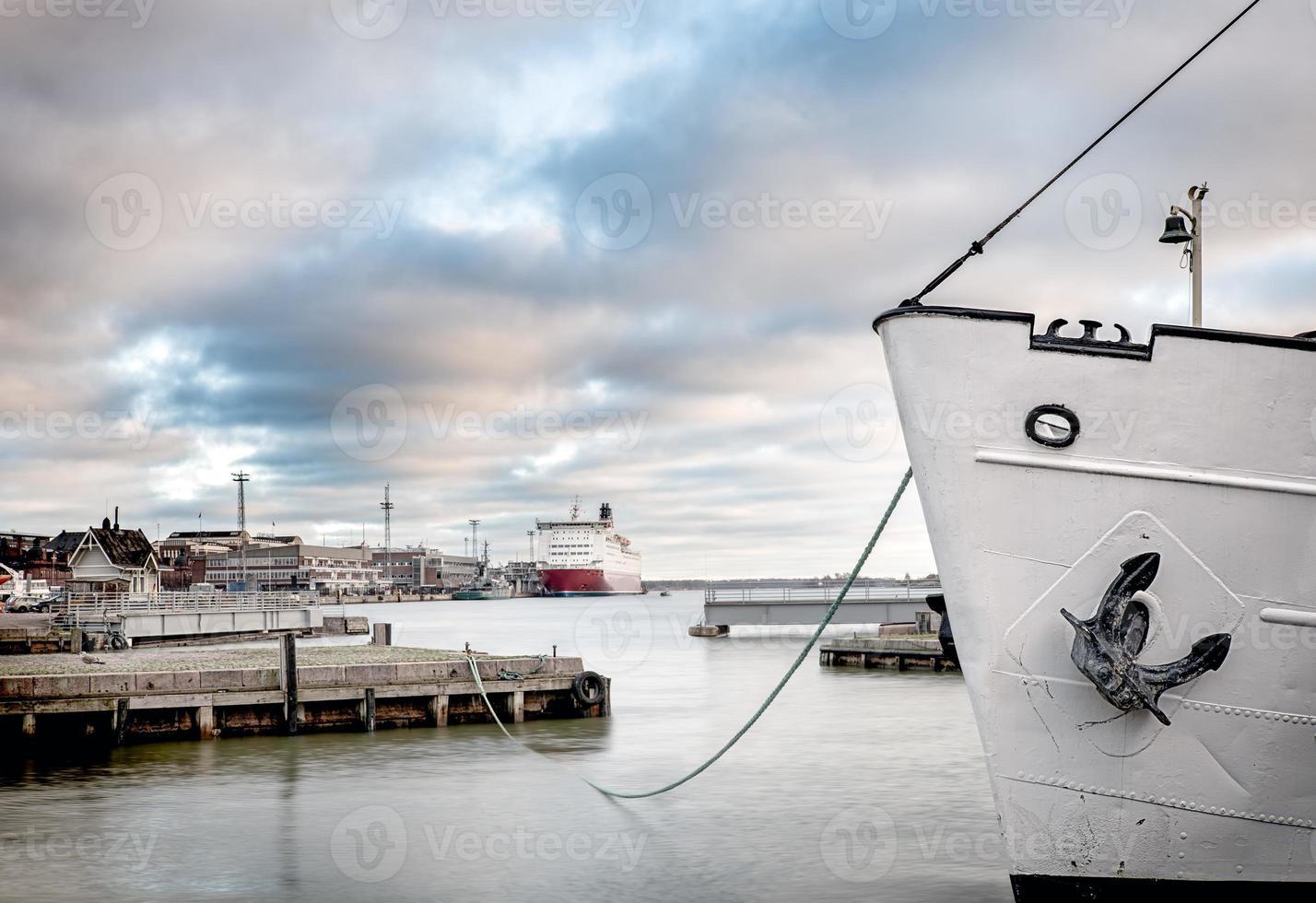 navio ancorado em um porto foto