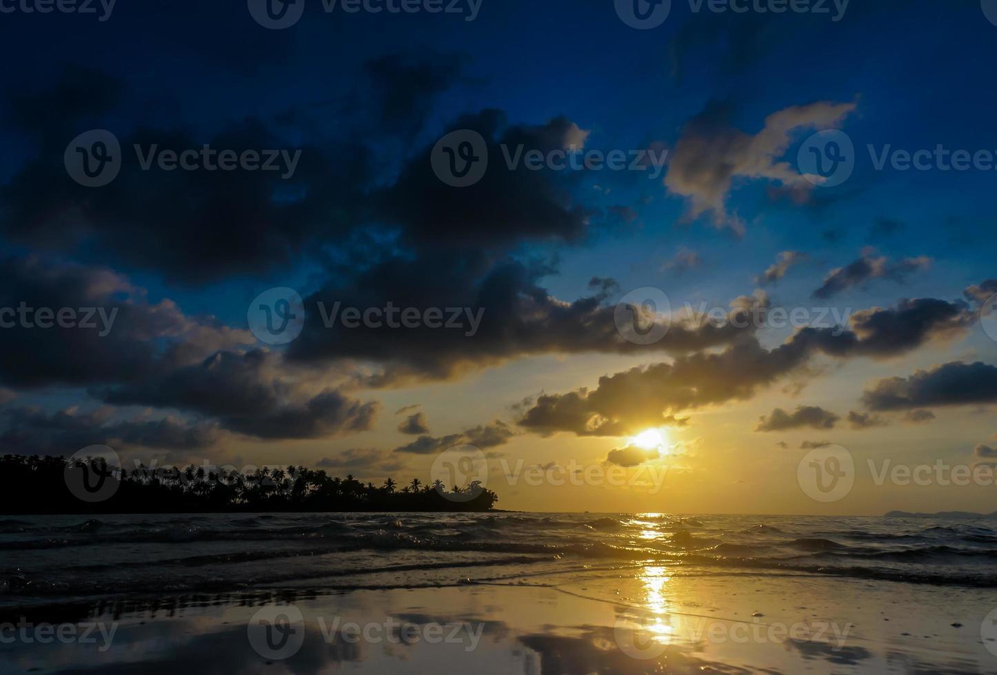 silhueta do pôr do sol na praia de koh kood foto