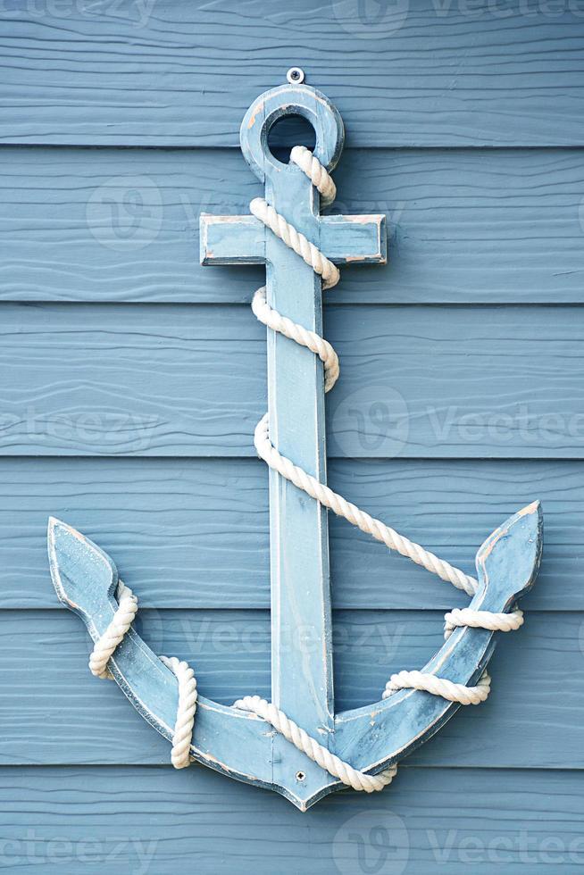 âncora em madeira azul. foto
