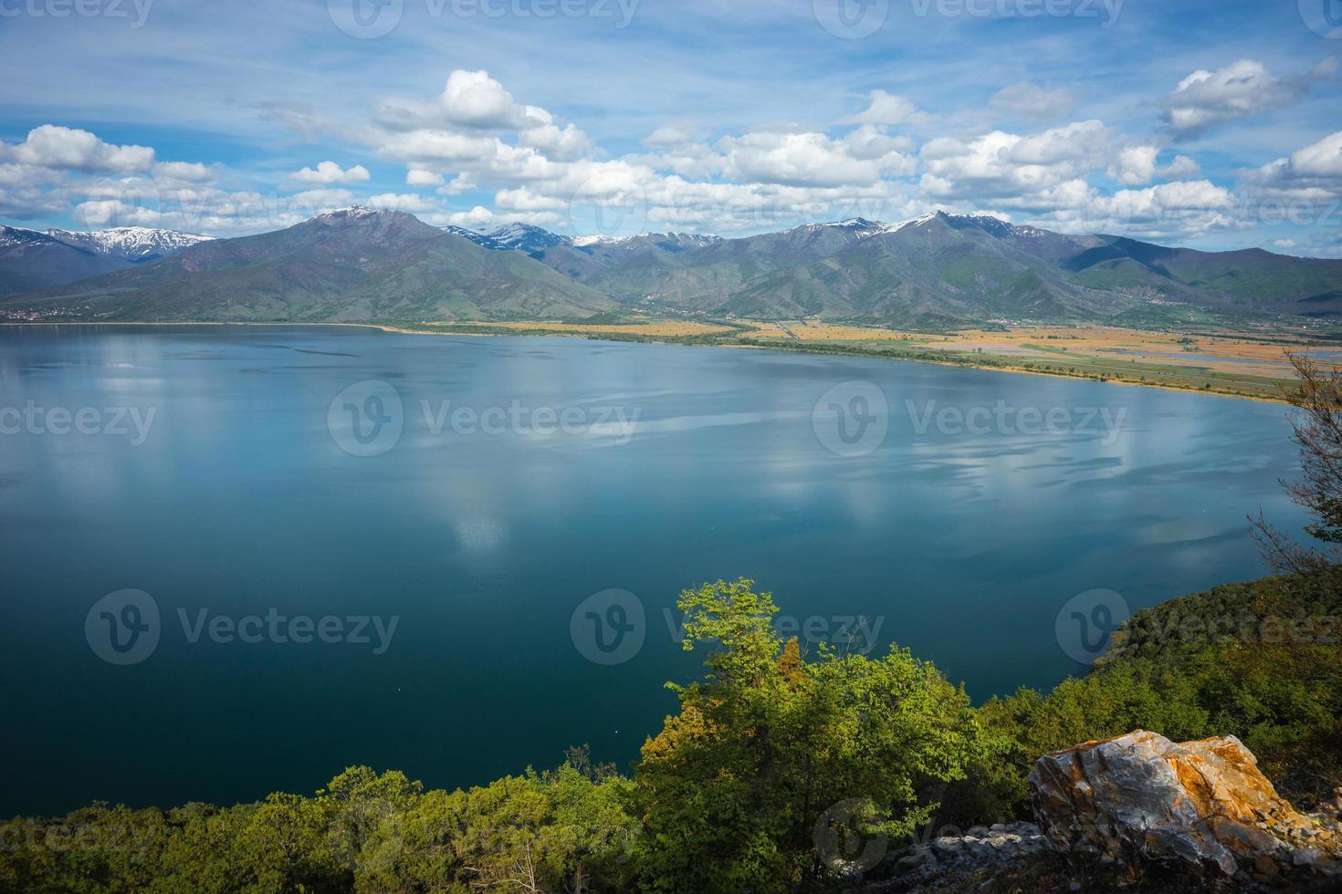 vista panorâmica das montanhas e do lago prespa, grécia foto
