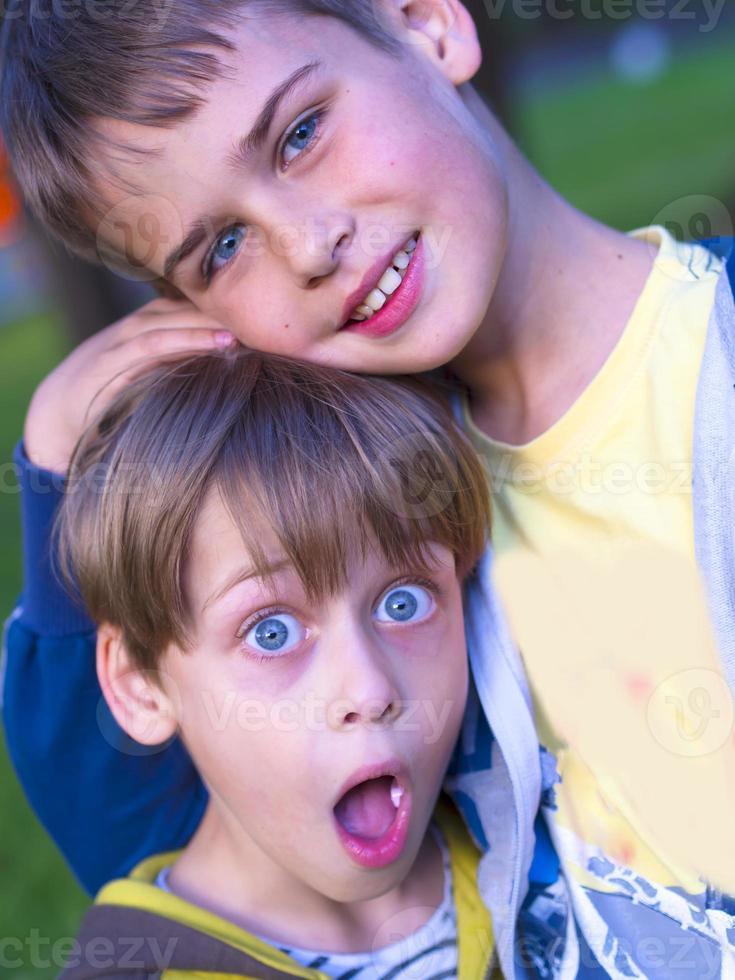 irmãos fofos e engraçados foto