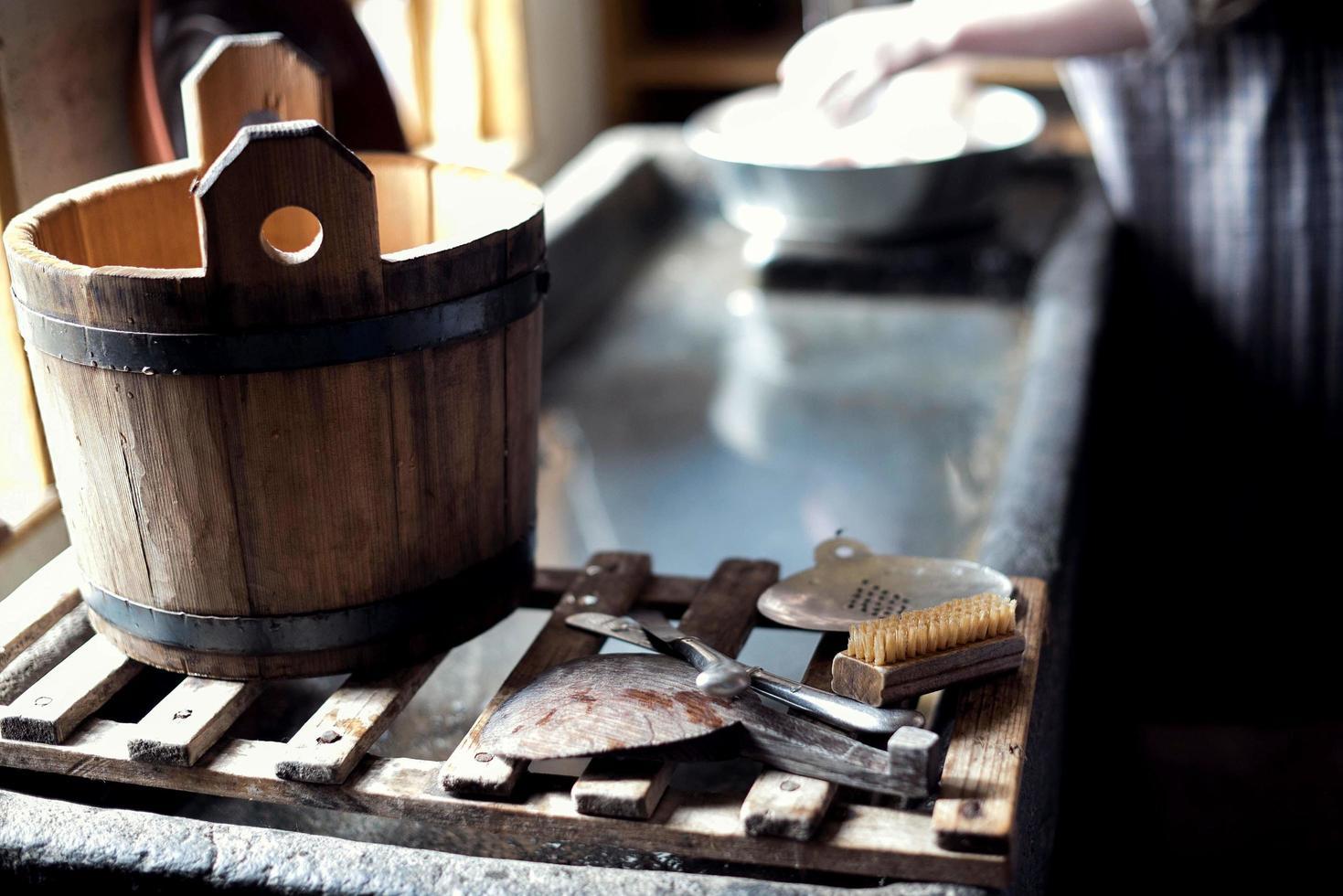 balde de madeira e ferramentas foto