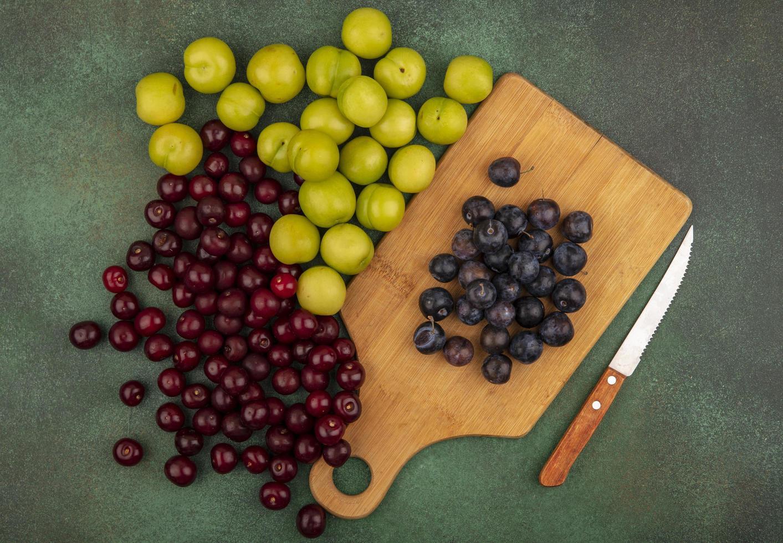frutas sortidas em um fundo verde foto