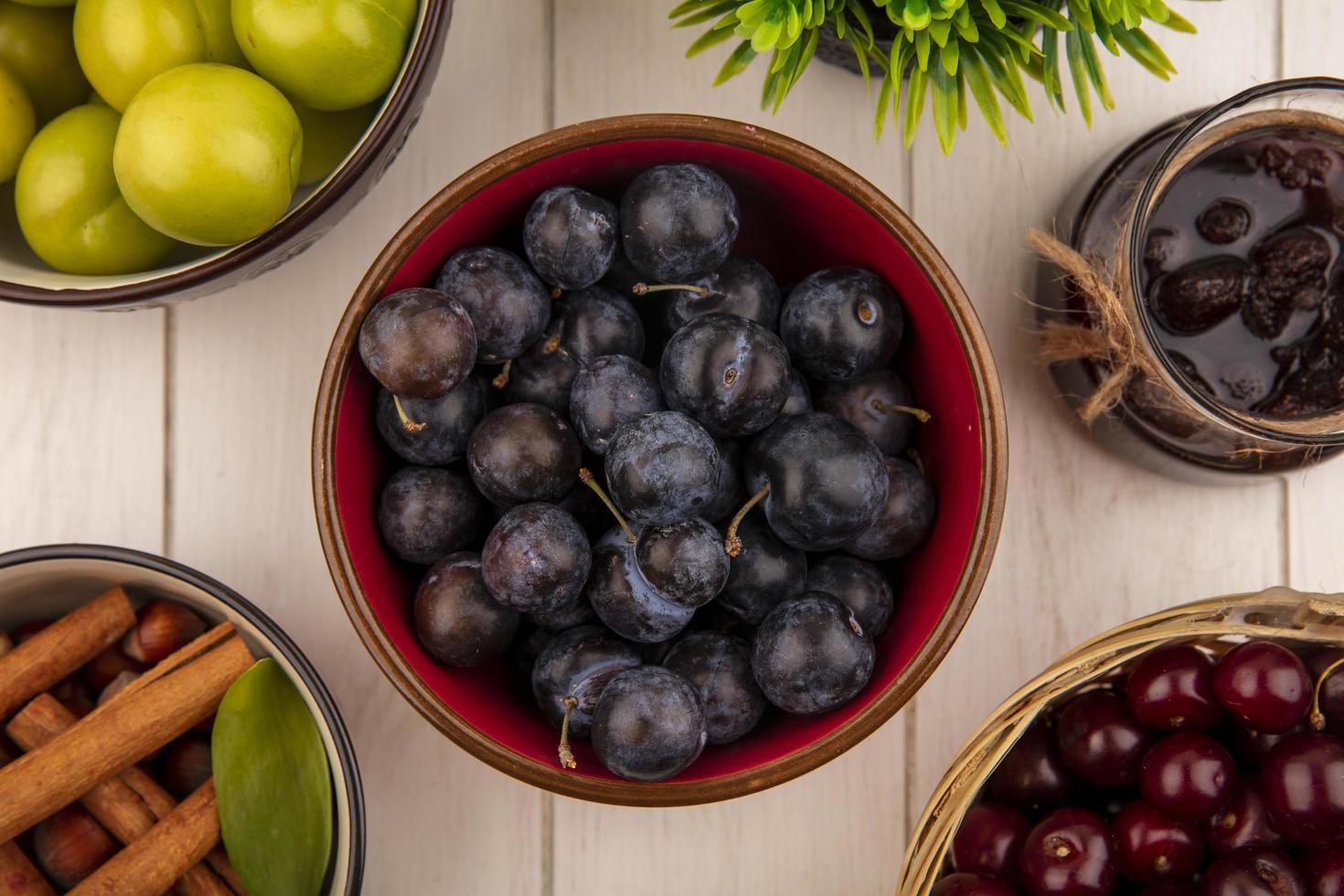 frutas sortidas em um fundo branco de madeira foto