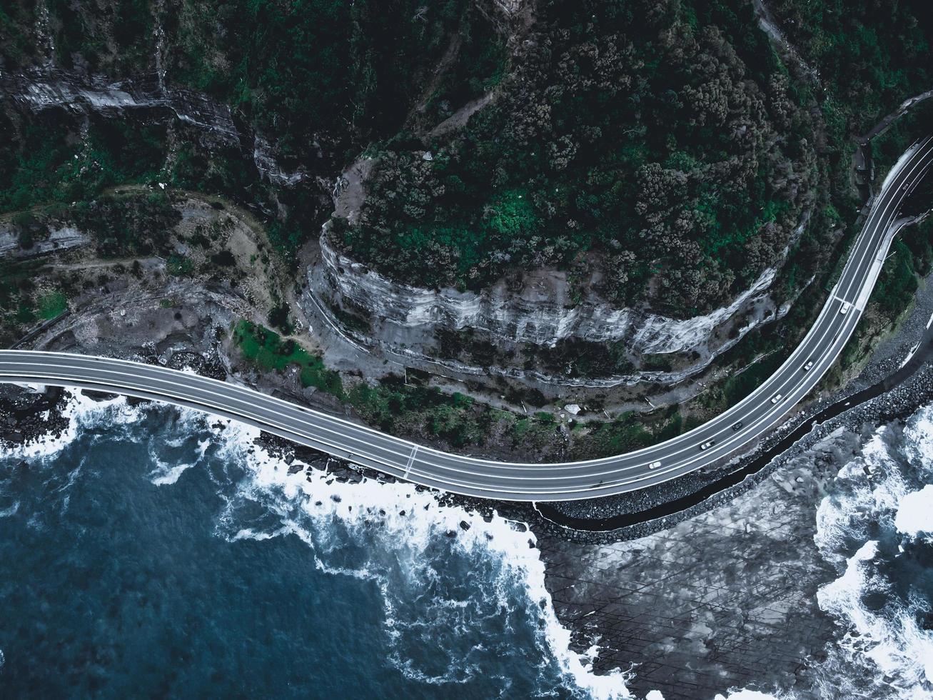 vista aérea de uma estrada e montanha à noite foto