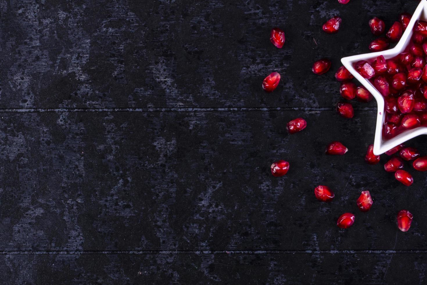 vista de cima da romã descascada foto