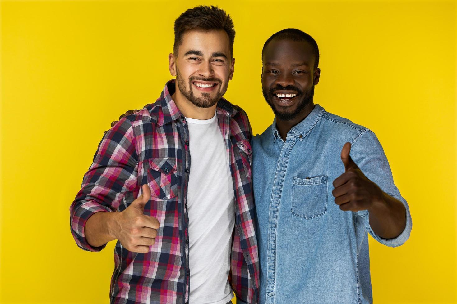 dois amigos mostrando o polegar para cima foto