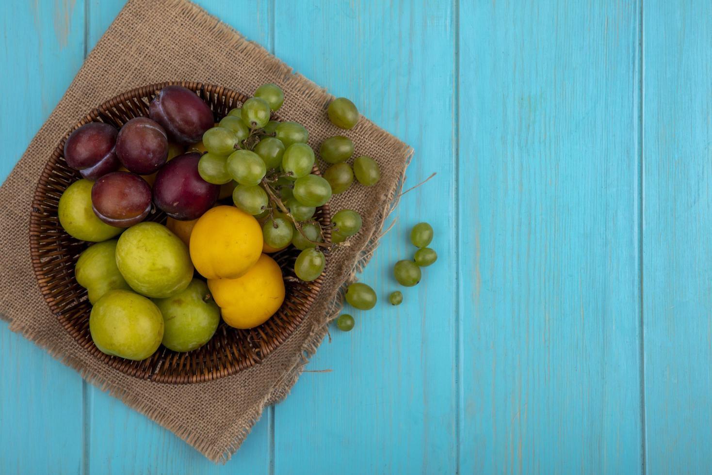 frutas sortidas em fundo azul foto