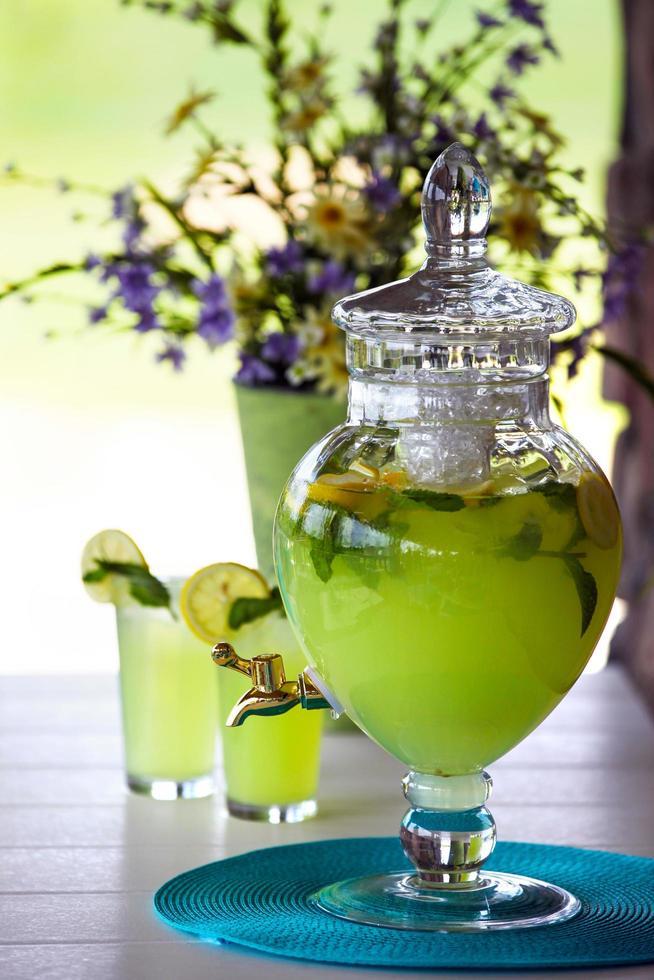 frasco de vidro transparente cheio de bebida com infusão de frutas foto