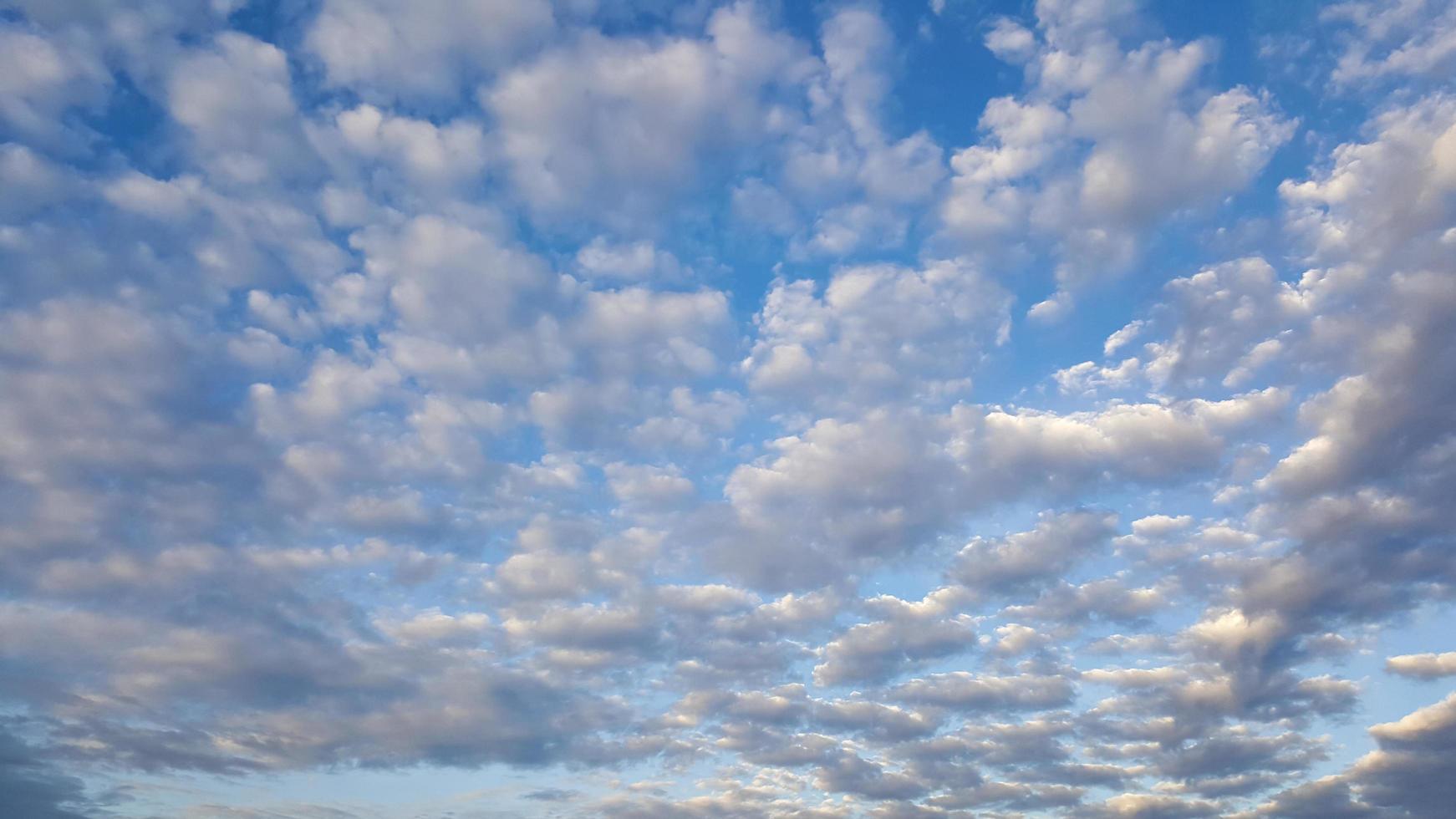 lindo céu azul com nuvens foto