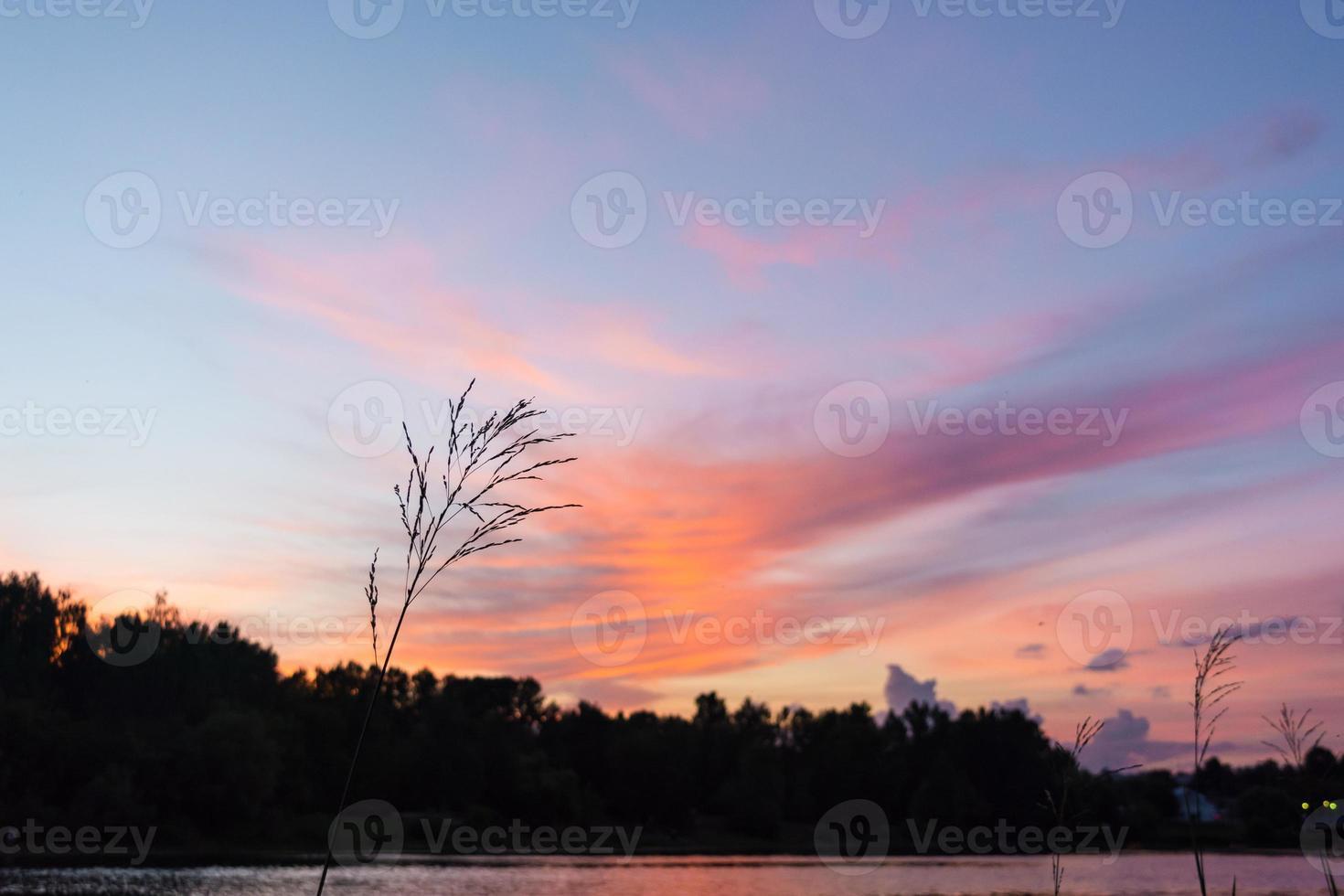 pôr do sol rosa no rio com vista para o beco foto