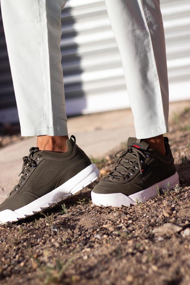 uitenhage, áfrica do sul, 2020 - pessoa usando sapatos fila-marrom foto