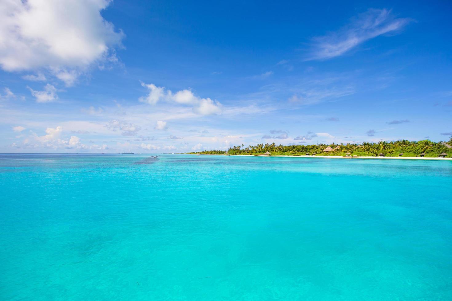 oceano azul tropical e ilha foto