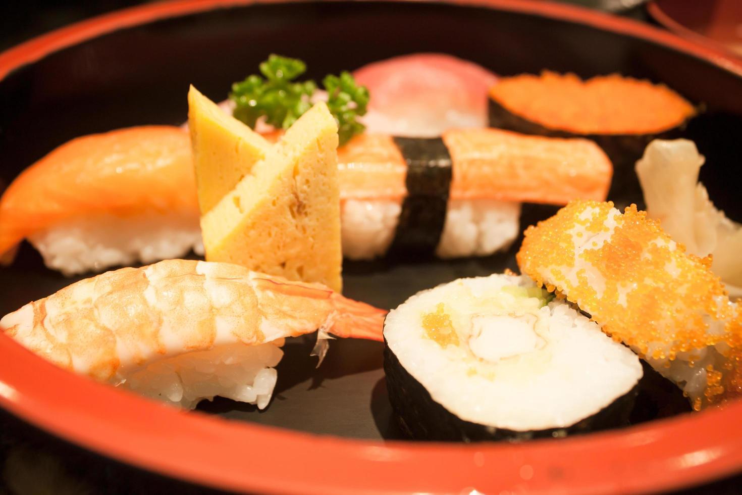 close-up de um sushi colocado em um prato preto foto