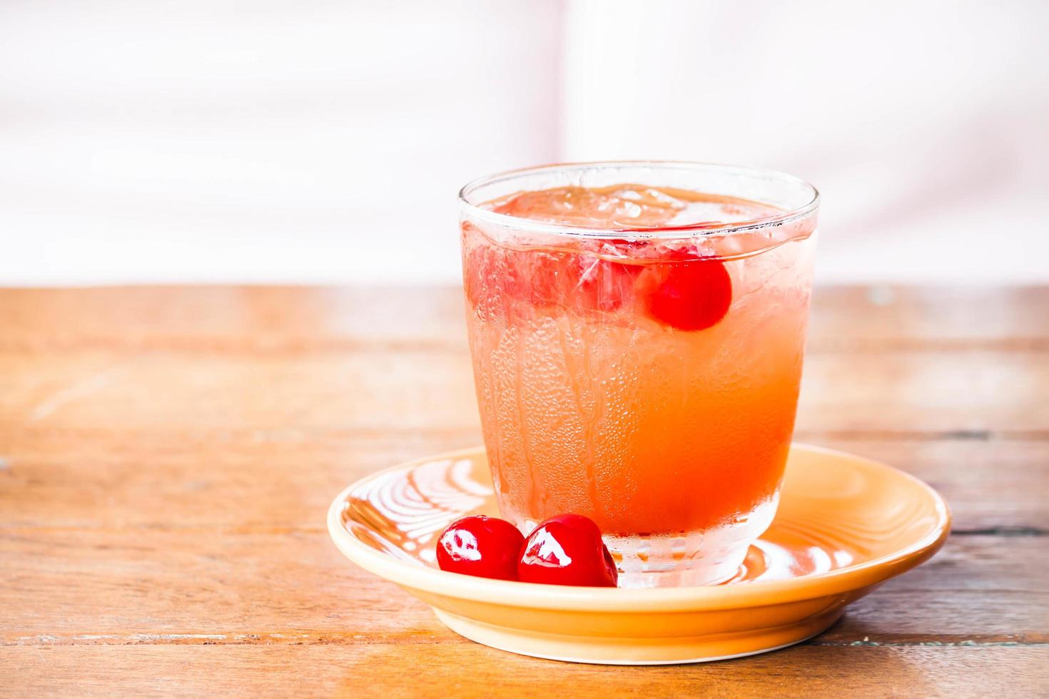 refrigerante gelado com cerejas foto