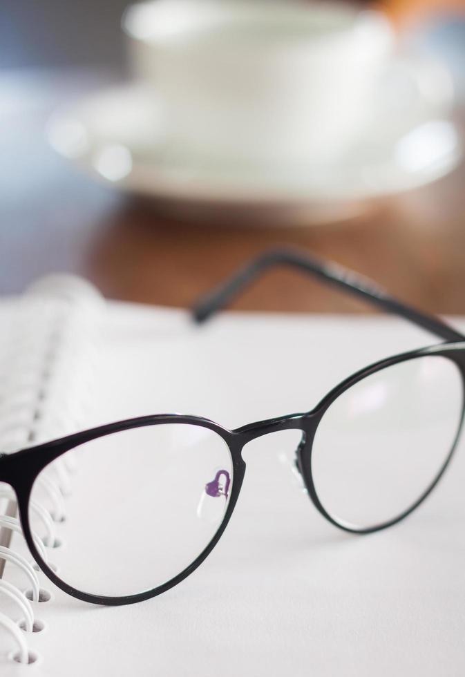 óculos em um caderno espiral foto