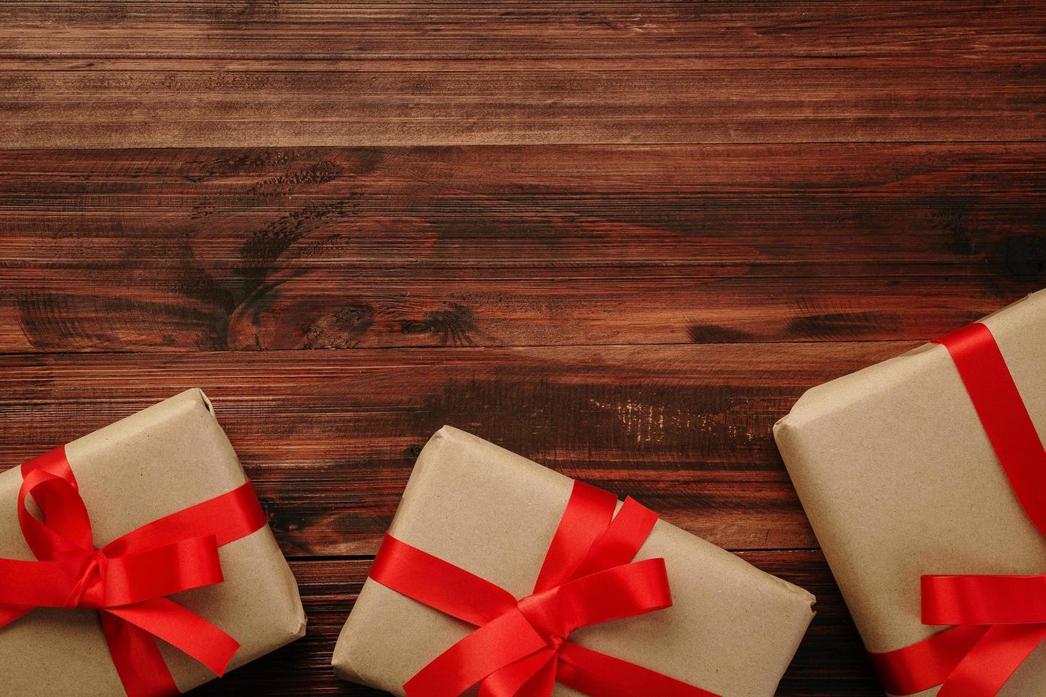 decoração de natal em mesa de madeira foto