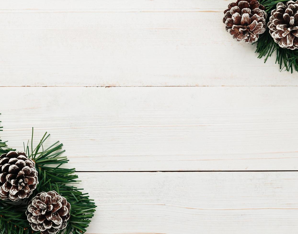 decoração de pinha de natal na mesa de madeira branca foto