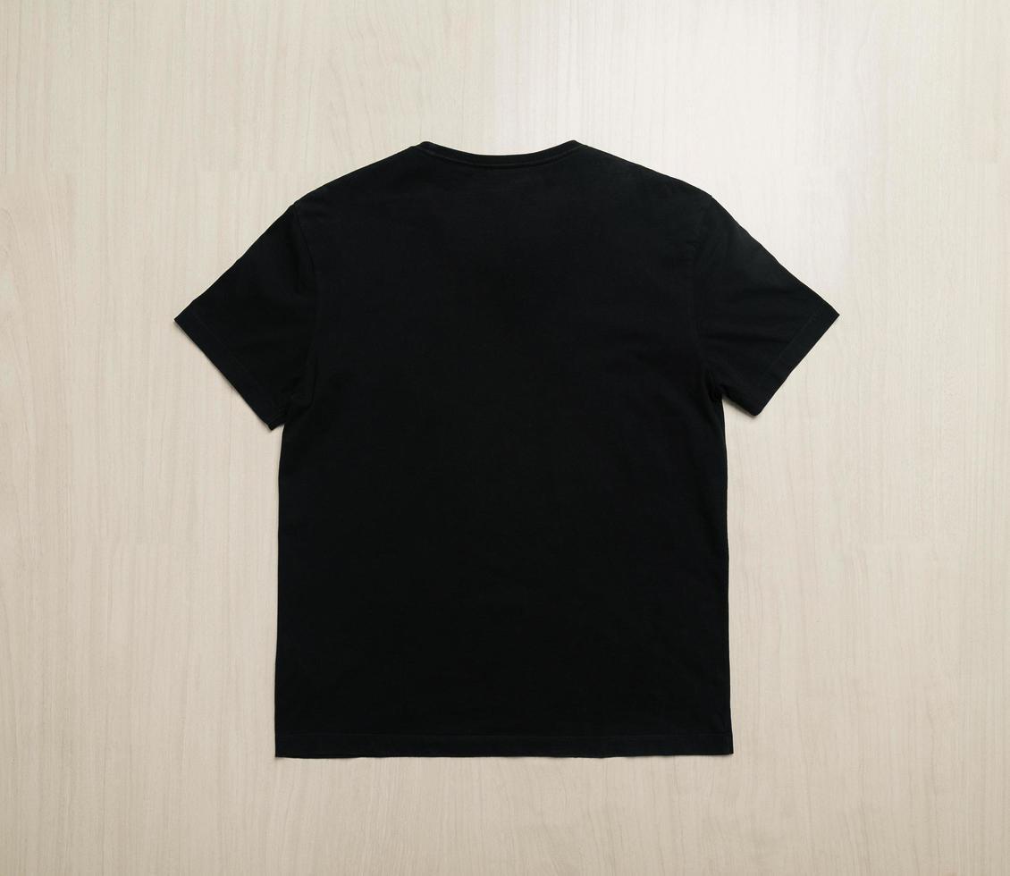modelo de maquete de camiseta no chão de madeira foto