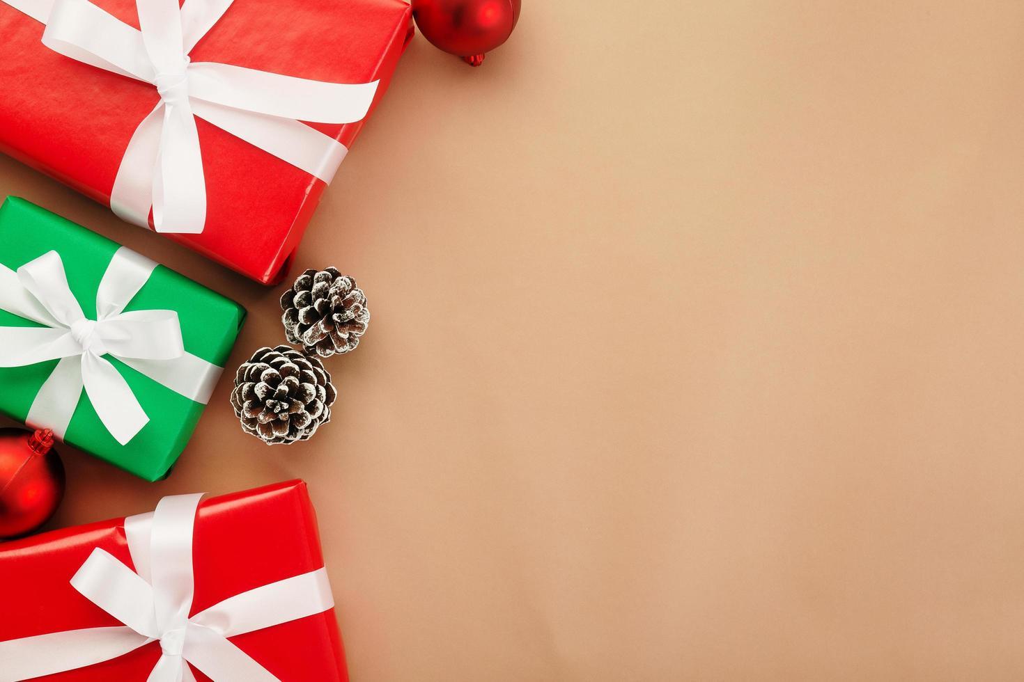 natal e ano novo com caixas de presente foto