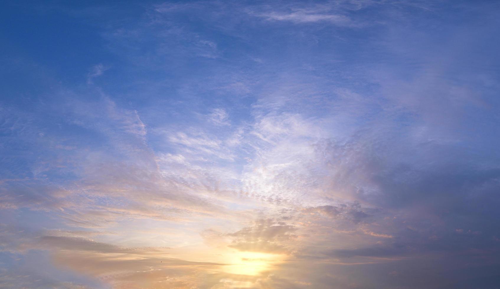 céu e sol ao pôr do sol foto