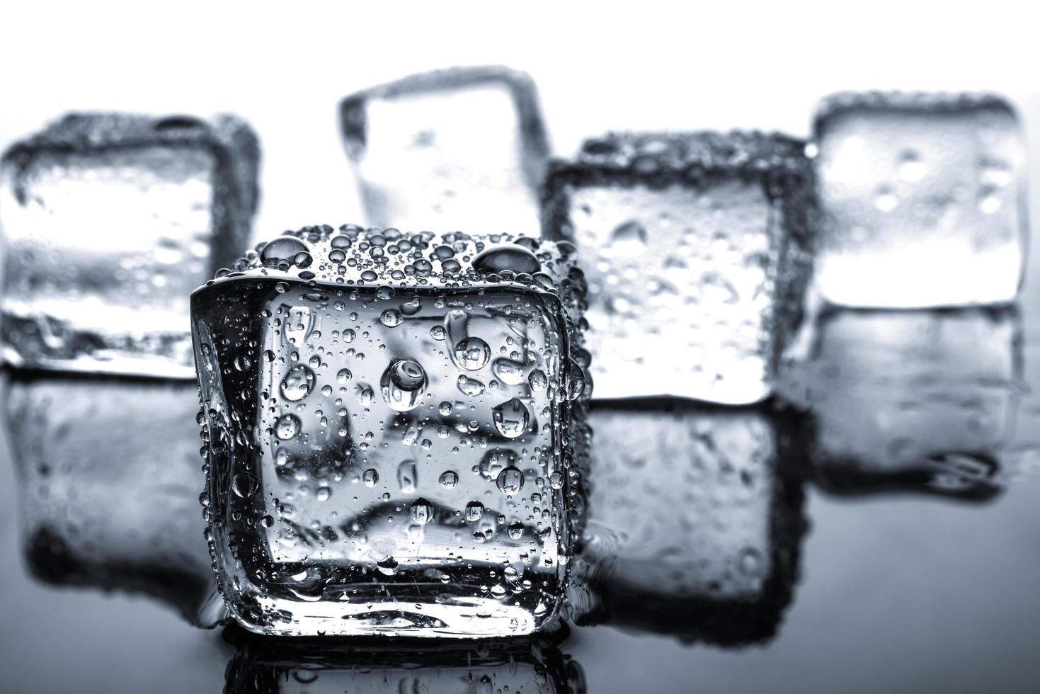 cubos de gelo com gotas de água foto
