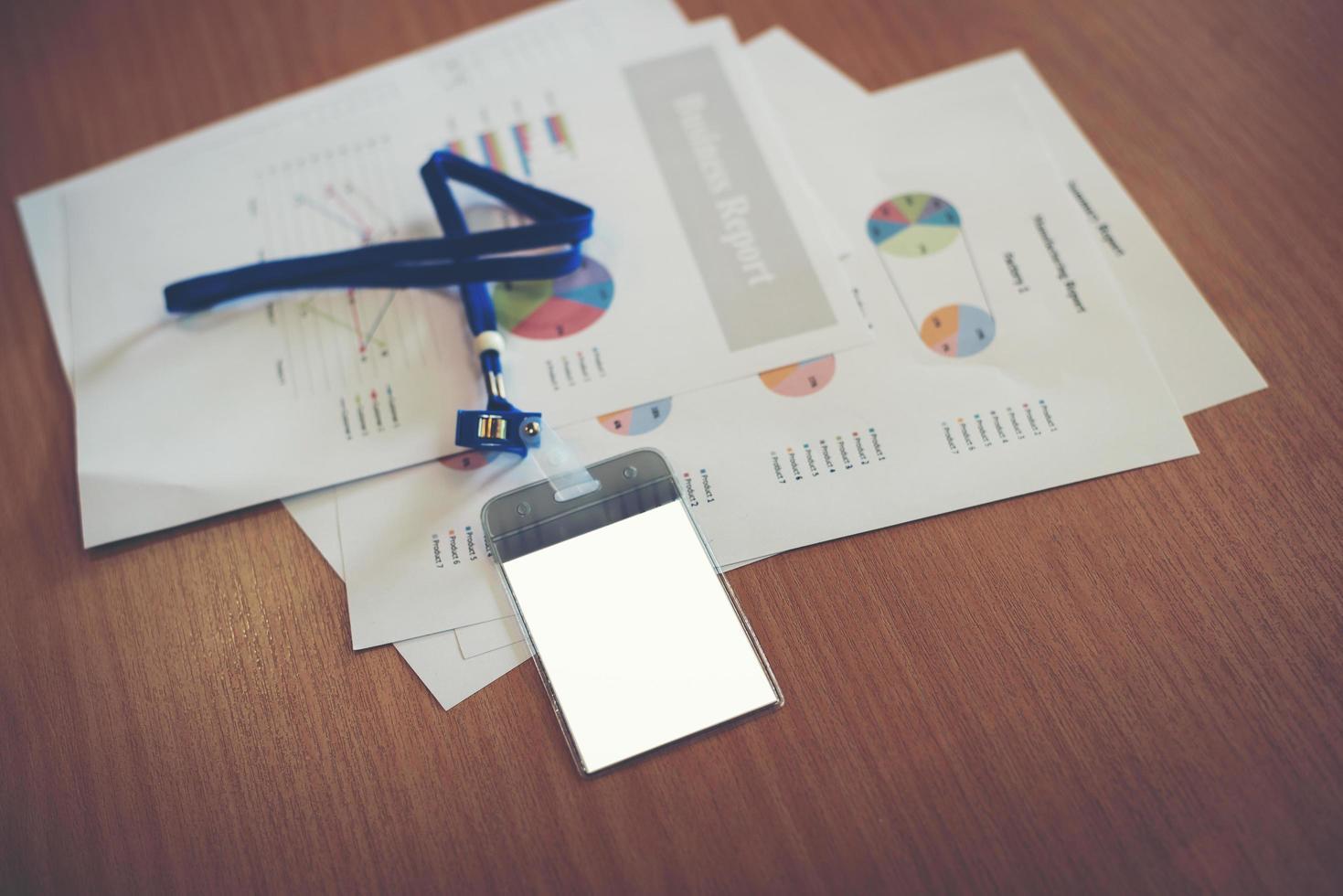 documentos de negócios com cartão de funcionário em branco no espaço de trabalho foto