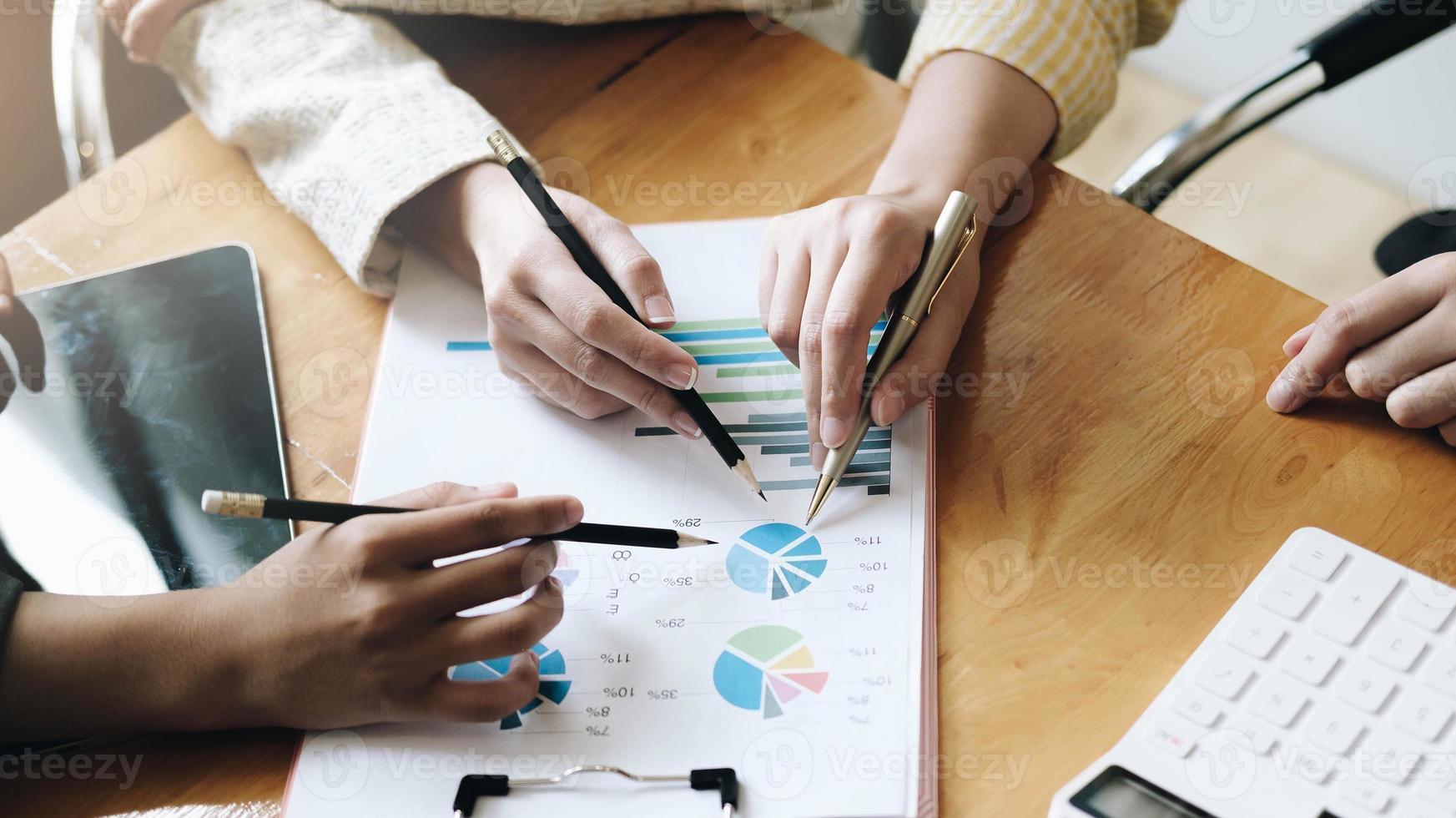 parceiros empresários fazendo uma apresentação foto