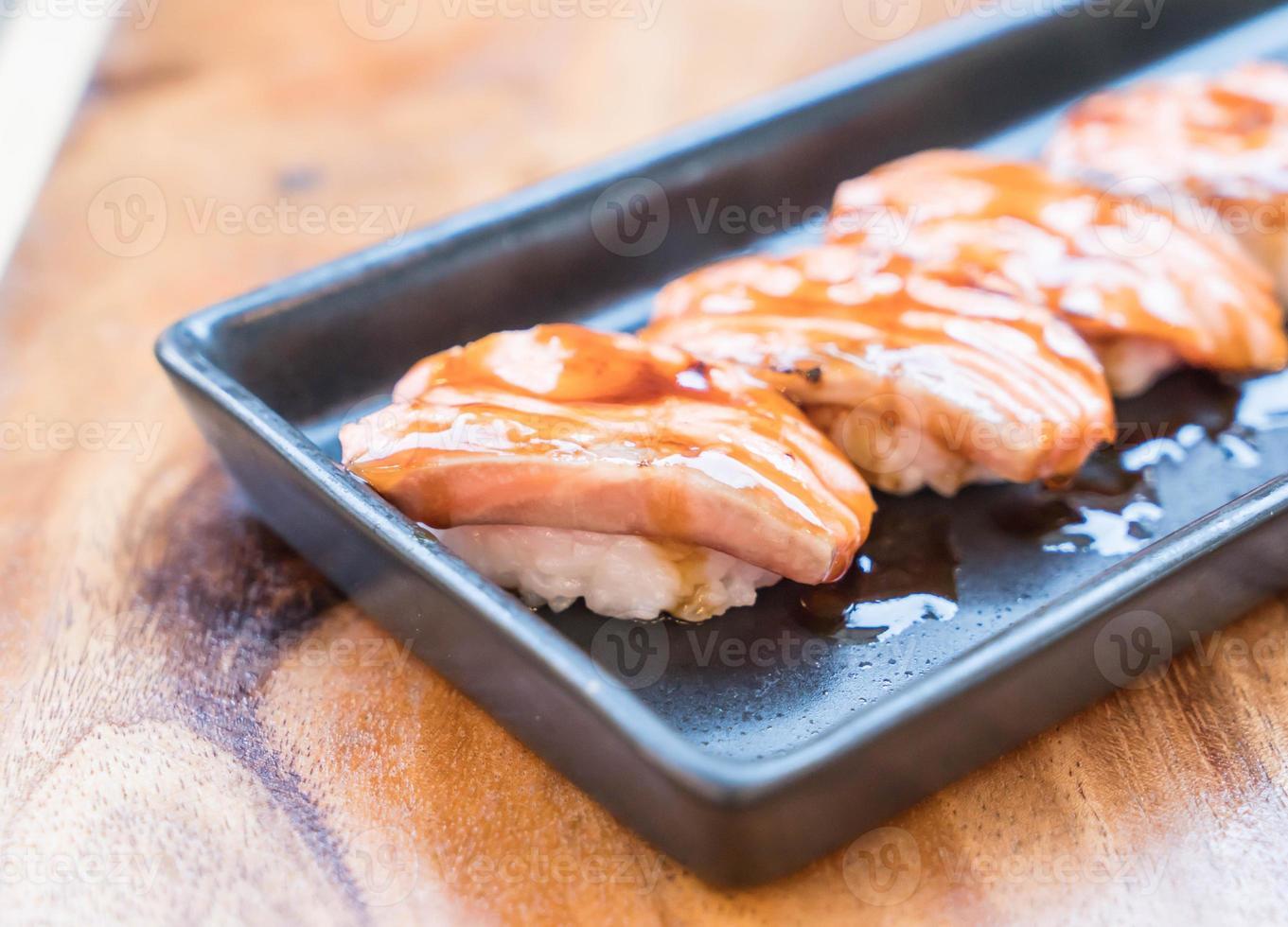 sushi queimado de salmão com molho teriyaki foto