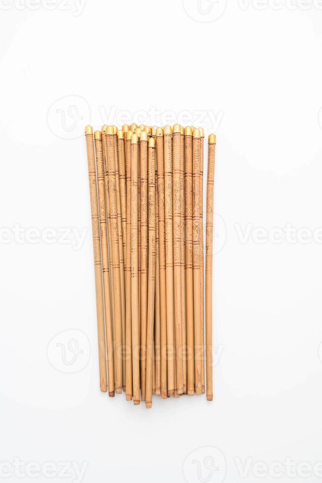 pauzinhos de bambu em fundo branco foto