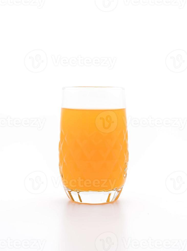copo de suco de laranja no fundo branco foto