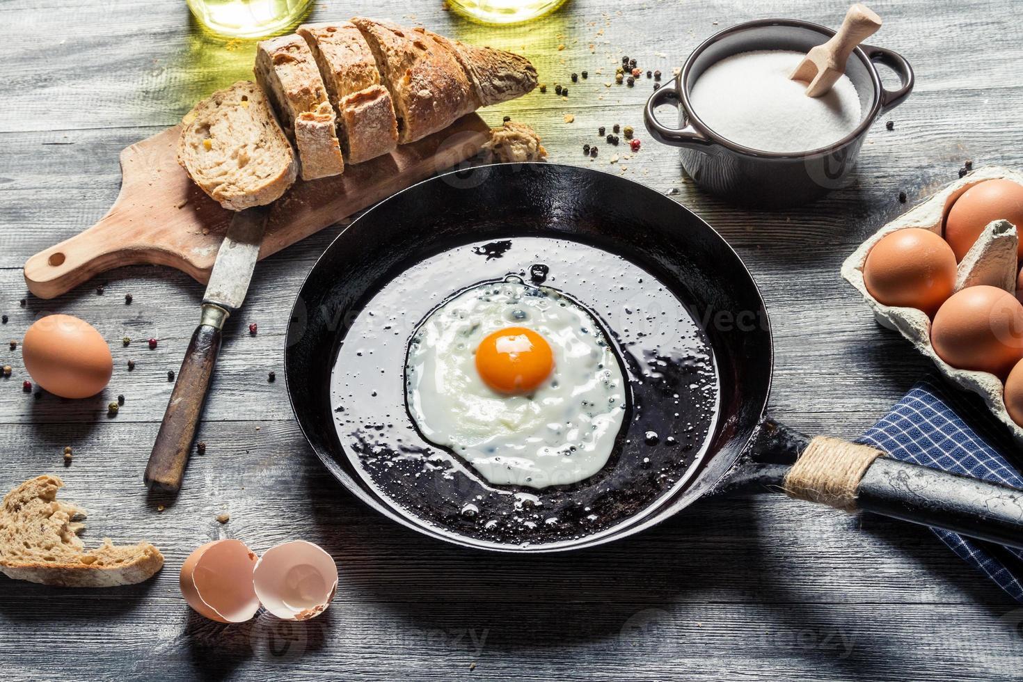 preparando para fritar ovos em uma panela foto