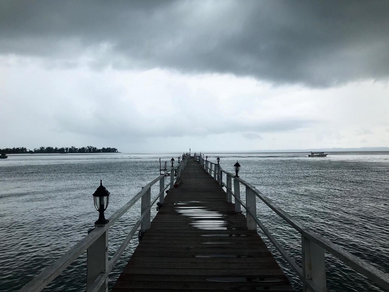 foto em tons de cinza da doca do mar